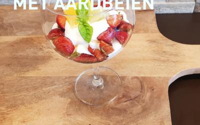 Griekse yoghurt met gemarineerde aardbeien