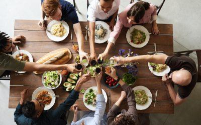 Dit doet de sociale omgeving met jouw eetgedrag